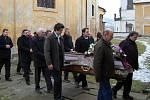 Pohřební mše svaté za Mons. Josefa Stejskala se účastnili jeho nejbližší příbuzní, přátelé, farníci, obyvatelé a zástupci obcí z jeho farností.