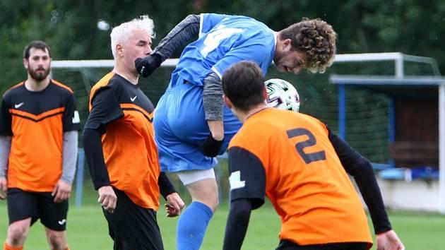 Skalice B (oranžové dresy) - Arsenal B 3:1. Českolipský Svoboda zakončuje hlavou mezi Tůmou a Klimentem.