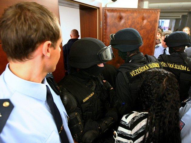 U krajského soudu v Liberci v listopadu začalo hlavní líčení s pěti mladíky, kteří jsou obžalováni z loňského mačetového útoku v Novém Boru.