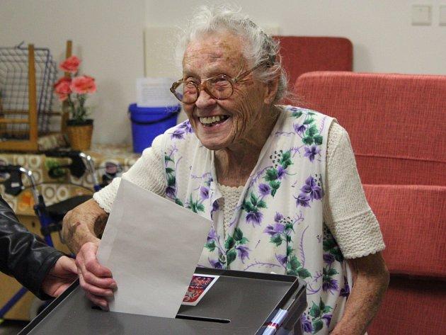 Vnovoborském stacionáři odvolila nejstarší obyvatelka Českolipska, Anna Hejná, která vlétě oslavila 103.narozeniny.