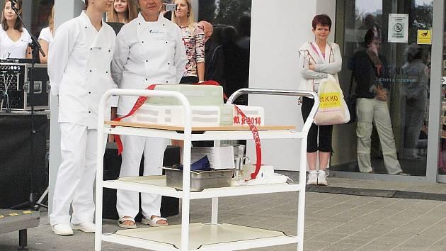 Slavnostní zakončení projektu zateplení Nemocnice s poliklinikou Česká Lípa se konalo ve středu před hlavním vstupem do nemocnice.