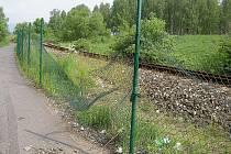 Cyklostezku odděluje od kolejí drátěný plot. Od začátku ho však mnozí obcházeli, a navíc bylo jen otázkou času, než ho někdo poškodí. To se nedávno stalo, a je skoro zázrak, že aspoň potud vydržel v pořádku.
