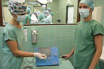 Nový přístroj umožňuje lékařům šetrnější operaci nádoru prsu.