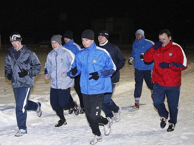 Fyzickou kondici nabírají v těchto dnech třetiligoví hráči Arsenalu Česká Lípa na horském soustředění v Bedřichově.