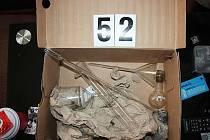 Při domovních prohlídkách na čtyřech místech policisté zajistili dvě plynové pistole i laboratoře na výrobu pervitinu. Některé byly důmyslně ukryté, jedna například v zárubni dveří.