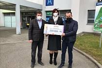 Modus předal nemocnici v České Lípě další šek.