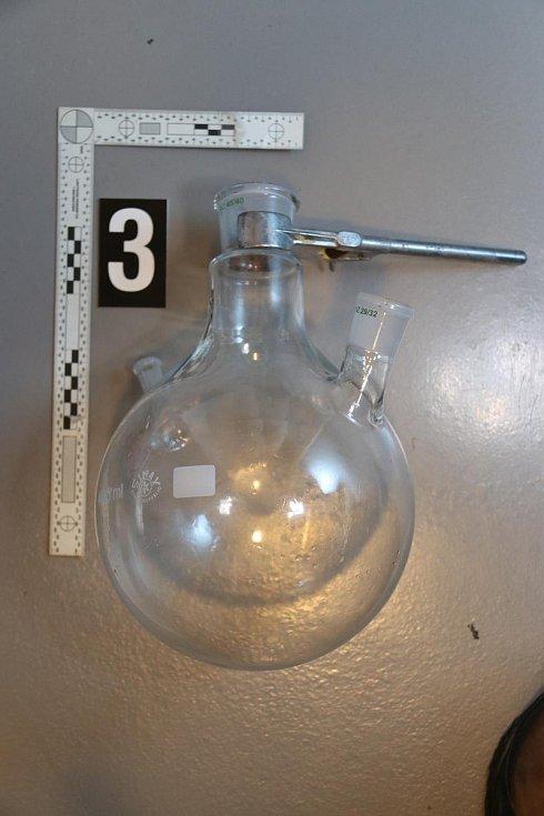 V pronajatém bytě policisté zajistili kompletní laboratoř na výrobu metamfetaminu, různé baňky, varné mísy, teploměry, chemikálie potřebné k výrobě drogy a vysokou částku v hotovosti.
