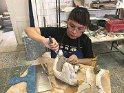 Margie Organo Tajon z Filipín tvořila po čtvrt roku na Střední umělecko průmyslové škole sklářské v Kamenickém Šenově.