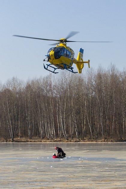 Speciální cvičení probíhá vtěchto dnech na ploše Radvaneckého rybníku ve Sloupu vČechách. Zdravotníci, hasiči, policisté či vojáci se při něm učí správně pomoci bližnímu vnouzi.