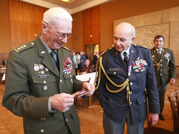 U příležitosti vzpomínky na hrdinu z bitvy o Sokolovo genmjr. Antonína Sochora převzali legionáři ve Stráži pod Ralskem ocenění.