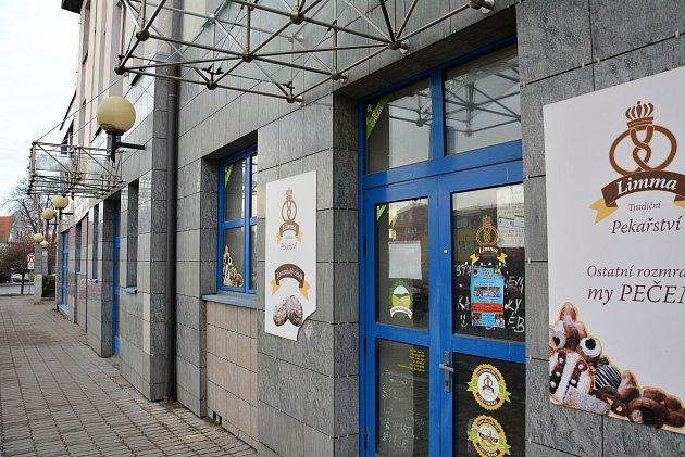 Budova bývalého sídla České pojišťovny mezi ulicem Erbenova a USynagogy vČeské Lípě už pět let chátrá.