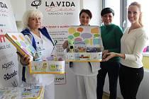 Sestřičky z českolipské porodnice a dětského oddělení převzaly od nadace desítku speciálních kufříků.