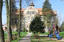 Zchátralou budovu mateřské školy v Dolní Libchavě chce město zrekonstruovat a vybudovat v ní nové zařízení pro děti ve věku do tří let.