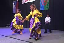 Pódium Kulturního domu Crystal se otřásalo pod náporem romských tanců.
