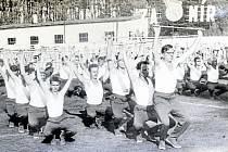II. celostátní spartakiádě v Praze roku 1960 předcházelo o rok dříve 15 městských, 411 okrskových a okresních a 47 krajských spartakiád. Jedna z nich proběhla také v Doksech, které tehdy byly okresním městem.