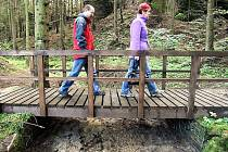 V osadě Dřevčice u Dubé otevřeli zrekonstruovanou turistickou stezku Čertova rokle, která vede podél Dolského potoka.