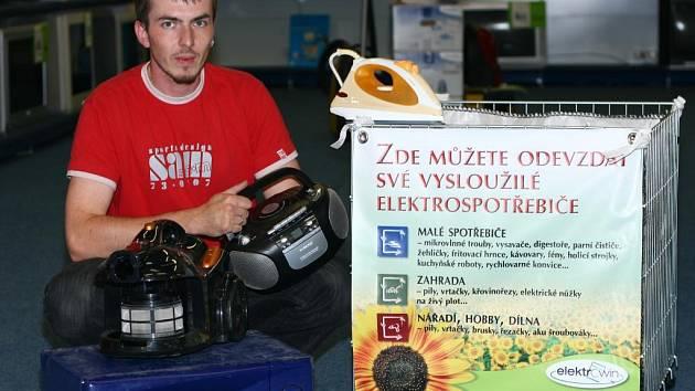 Box na vysloužilé elektrospotřebiče je umístěný v šesti českolipských a jedné mimoňské prodejně elektro. Na snímku je obsah koše v prodejně Mag elektro v OD Banco.