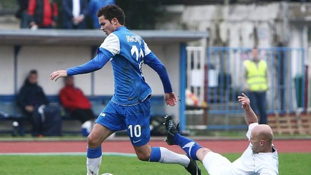 Česká Lípa - Hrádek 3:2 (2:1). Hrádecký Brožík se snaží zastavit průnik Věcheta (v modrém).