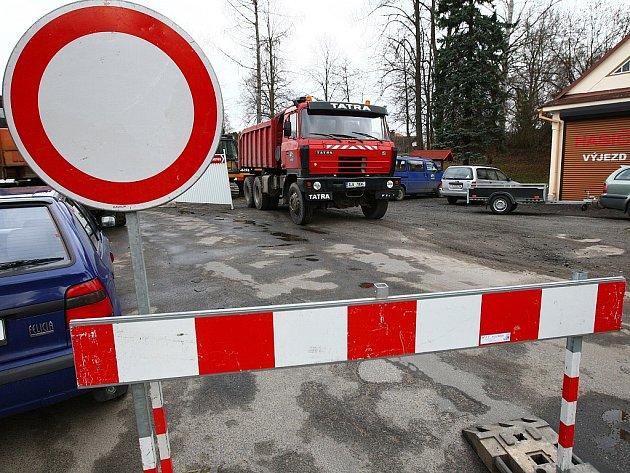 Oprava mostu ve Sloupu v Čechách omezila místní dopravu.
