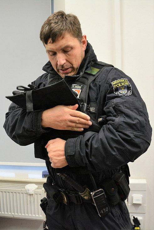 Zdeněk Šafránek se připravuje na hlídku.