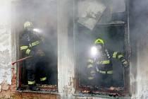 V bývalé výrobní hale Falkon v Mimoni minulý týden hořelo.