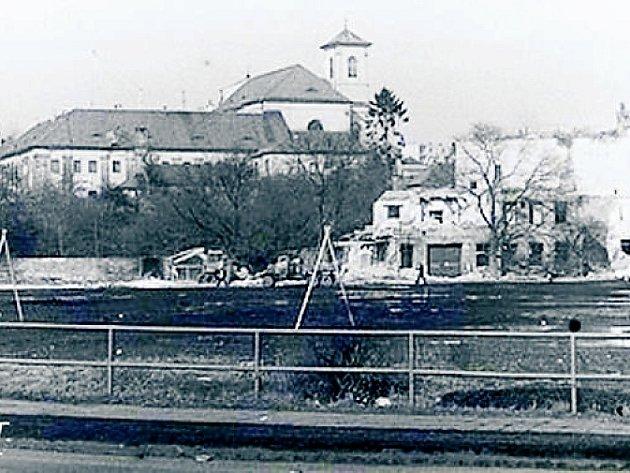 Položení základního kamene kulturního domu Crystal vČeské Lípě, jehož autorem je Jiří Suchomel, proběhlo 21.listopadu 1983.