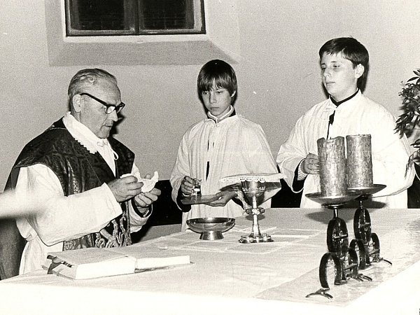 Otec Peša při mši svaté sministranty, kterými byli jako děti dnešní českolipští zastupitelé Petr Novák a Jan Policer.
