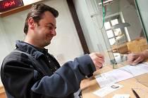 Řidičům, kteří si nevyzvednou nový průkaz, hrozí od 1. ledna nemalé pokuty.