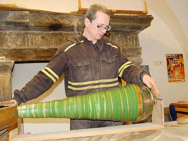 Na restaurování skleněné harmoniky se podíleli studenti novoborské sklářské školy. Na snímku Václav Novák.