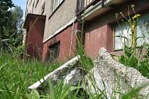 Třicet let staré panelové domy na českolipském sídlišti Sever se začínají pomalu rozpadat. Kus panelu se před časem utrhl a spadl na místo, kde si často hrávají děti.