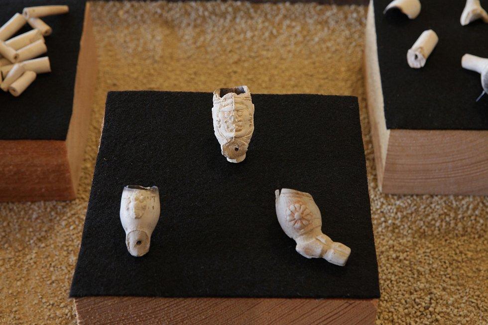 Oblíbenou kratochvílí od 17. století bylo kouření tabáku, dokládají to nálezy hliněných dýmek, často bohatě zdobených.