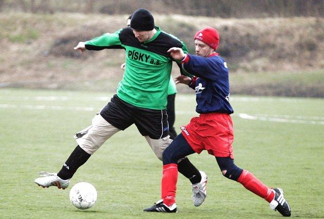 Fotbalisté Jestřebí vyhráli v posledním utkání turnaje Jakub Cup v N. Boru nad Šluknovem 3:1. na snímku vlevo je jestřebský Trnečka