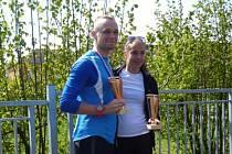 Vítězové hlavního závodu v Kamenickém Šenově s poháry města Ondřej Petr a Vendula Ryšavá, nyní vedoucí seriálu OBL. Foto: OBL