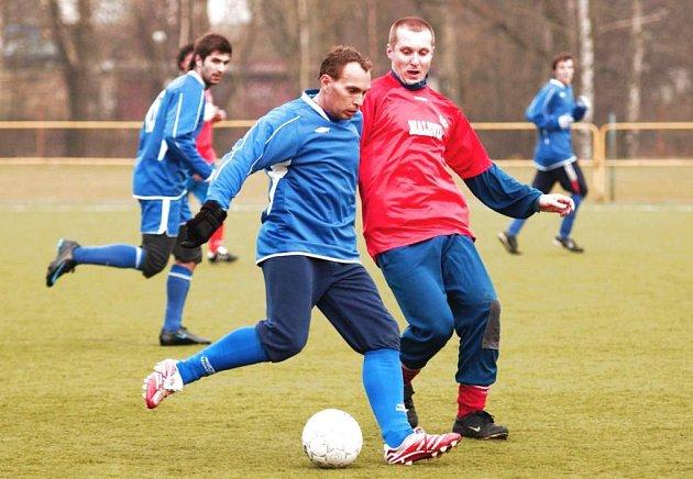 Účastník krajské I. A třídy, FK Cvikov, porazil v přípravě Skalici 2:1. Na snímku vlevo je skalický Knytl, jehož se snaží zastvit Červinka