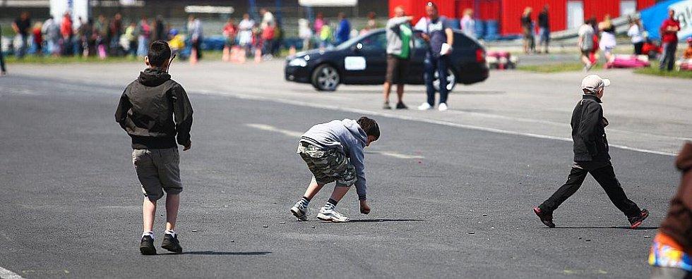 Zásah těžkooděnců, ukázky práce se speciálně vycvičenými psy nebo i práce hasičů a záchranářů u simulované dopravní nehody. Nejen to shlédlo několik stovek lidí na Dni s policií a ostatními složkami IZS, který proběhl v sobotu na autodromu v Sosnové.