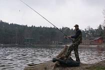 Již druhým rokem se může na Máchově jezeře rybařit.