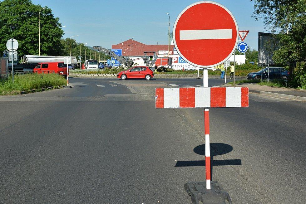 Těžké stroje burácí pracují a blokují cestu. Doprava v Lípě prochází zatěžkávací zkouškou