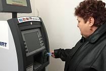 Po letech se v Zákupech dočkali přístroje na výdej bankovek. Ten ale fungoval jen pár měsíců. Dnes  bankomat nevydá peníze ani zdejší starostce Miloslavě Hudakové.