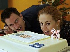 Zakousli se do dortu? Ne, absolvent Euroškoly David Mašek a studentka Marie Němcová si počkali na ukrojený kus.