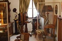 Stálá historická expozice Českolipska ve Vlastivědném muzeu a galerii Česká Lípa přibyl na začátku tohoto týdne historický a technicky velmi cenný fotografický ateliérový přístroj. Vidlicový fotografický přístroj z 20. let 20. století pochází z fotoatelié