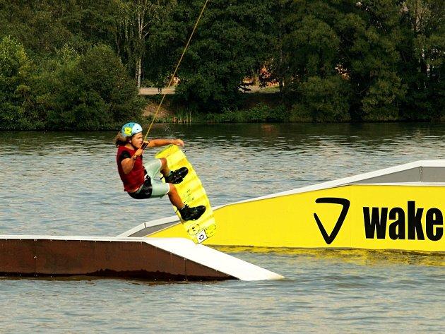 Do Dubice láká návštěvníky především vlek na vodní lyžování.