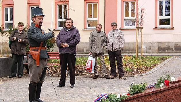 Náměstí Osvobození v České Lípě se ve středu zaplnilo při příležitosti Mezinárodního dne veteránů lidmi, kteří zde uctili památku veteránů válečných operací