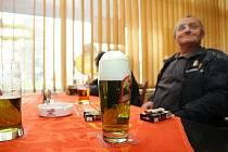 Ve vybraných restauracích budou ve čtvrtek čepovat pivo zelené barvy.
