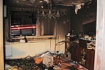 Oheń zcela zničil dvě místnosti bytu.