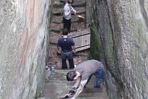 Odsouzení, kteří si svůj trest odpykávají ve Stráži pod Ralskem, uklízeli schody na skalním hradě Sloup.