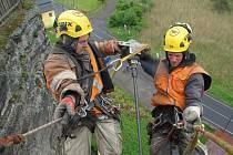 K poškozenému místu se lze dostat jen za pomocí horolezecké techniky.