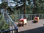 Stejně jako ze zahrady rodinného penzionu Formanových ve Starých Splavech, kde slavný režisér trávil dětství, bude i z parku vyhlídka na Máchovo jezero.