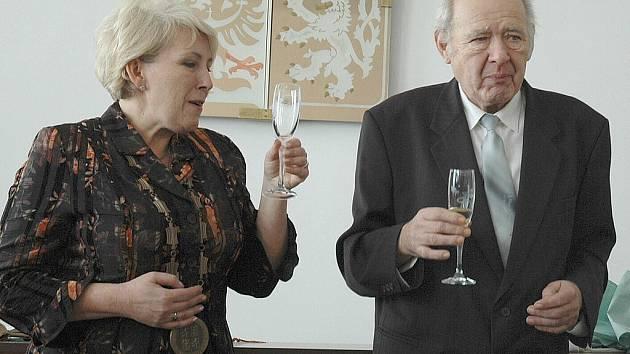 Milé setkání s bývalým starostou Bohuslavem Rychtaříkem si nenechalo ujít několik desítek občanů. Starostka Věra Reslová mu předala cenu pro osobnost roku 2010. Všichni také zavzpomínali na doby, kdy v zastupitelských funkcích začínali.