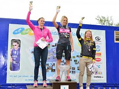 Na stupních jsou tři nejlepší ženy Mimoňského triatlonu 2014.