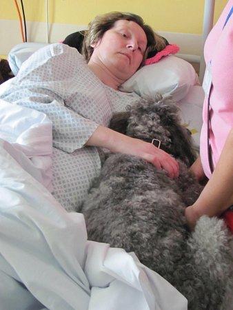 Tony vakci na lůžku upacientky po onemocnění centrální nervové soustavy, které postihlo její ruce inohy a vjehož důsledku nemůže chodit.